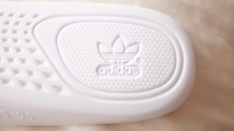 ef59879cc95f3 ... Right Beluga V2    Fakes will have the R almost fused with the Logo