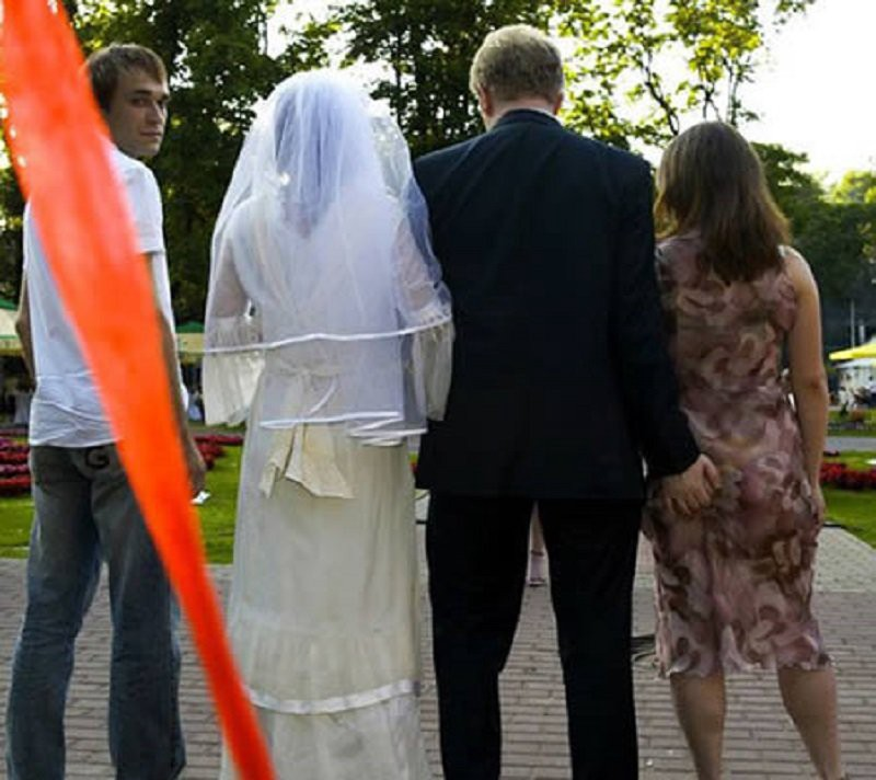 Amazing 10 Hilarious Wedding Pictures That Will Not Make The Album