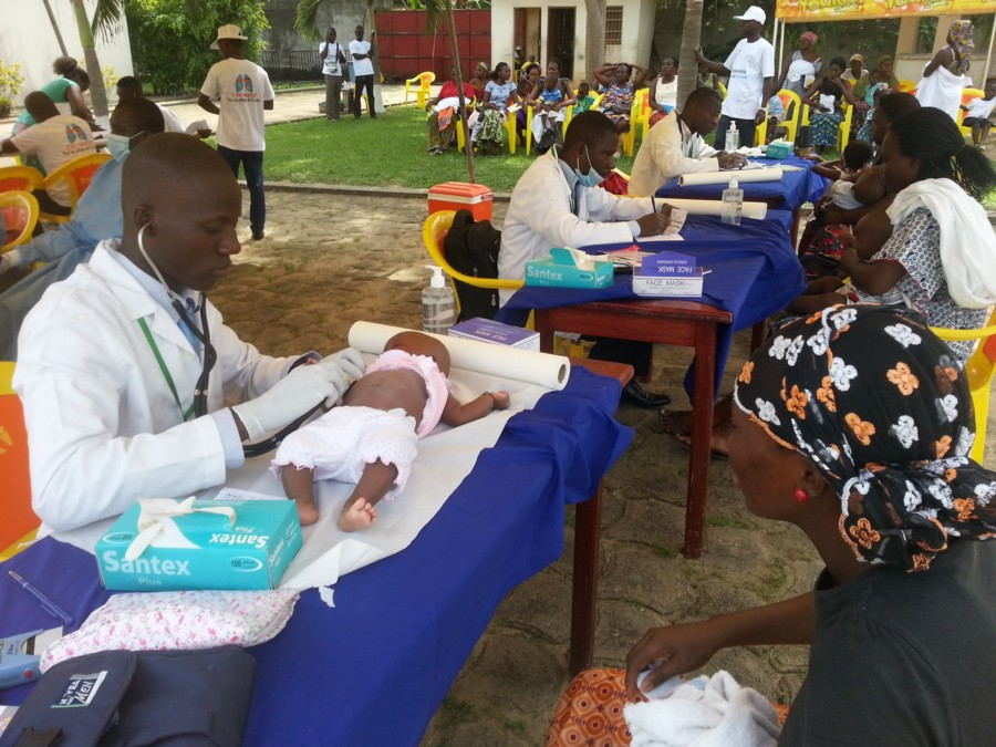 Doctors give free consultations for children with acute respiratory infection, malaria and other ailments in a neighborhood of Abidjan-Abobo. / Nadege Honthaas, NGO Agis, courtesy of Photoshare